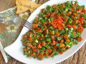 Yeşillikli Közlenmiş Kırmızı Biber Salatası