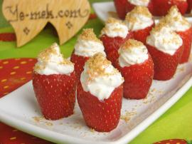 Strawberry with Whipped Cream & Biscuits Recipe