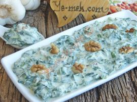Spinach Salad With Yogurt Sauce Recipe