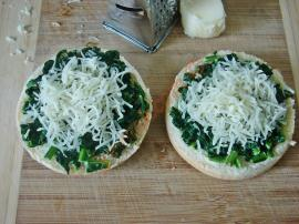 Creamy Spinach Bread Pizza Recipe
