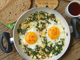 Sahanda Ispanaklı Peynirli Yumurta