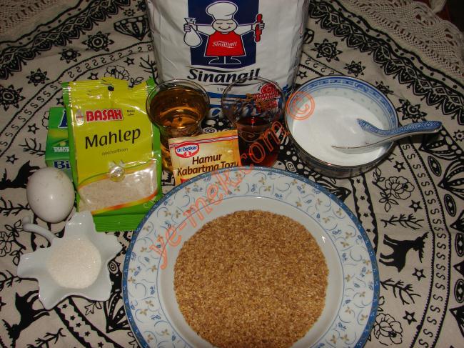 Mahlepli Susamlı Kurabiye (Tuzlu) İçin Gerekli Malzemeler :  <ul>  <li>200 gr margarin (oda sıcaklığında erimiş)</li> <li>1,5 yemek kaşığı toz şeker</li> <li>1 çay bardağı zeytinyağı</li> <li>1 yumurta sarısı (beyazı ayrı bir kaba)</li> <li>1 yemek kaşığı mahlep</li> <li>1/2 çay bardağı sirke</li> <li>1 paket kabartma tozu</li> <li>1 çay kaşığı tuz</li> <li>Alabildiği kadar un</li> <li>Susam</li> </ul>