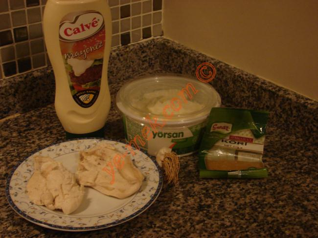 Körili Tavuk Salatası İçin Gerekli Malzemeler :  <ul> </ul><ul> <li>2 dilim tavuk göğsü</li> <li>3,5 yemek kaşığı yoğurt</li> <li>1 yemek kaşığı mayonez</li> <li>1 diş sarımsak</li> <li>1 tatlı kaşığı köri</li> <li>Tuz</li> </ul> <li><strong>Üzeri İçin</strong> <ul> <li>Kırık badem</li> <li>Sumak</li> </ul>