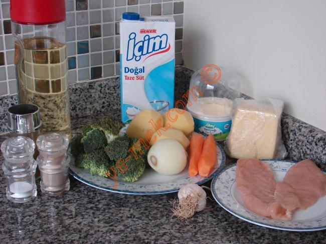 Fırında Tavuklu Brokoli İçin Gerekli Malzemeler :  <ul>         <li>350 gr tavuk göğsü</li> <li>3 adet küçük boypatates</li> <li>10 dal küçük brokoli</li> <li>2 adet küçük boy havuç</li> <li>1 adet orta boy soğan</li> <li>2 diş sarımsak</li> <li>5 yemek kaşığı zeytinyağı</li> <li>4 yemek kaşığı su</li> <li>Tuz</li> <li>Karabiber</li> <li>Az kimyon</li> <li><strong>Beşamel Sos İçin:</strong></li> <li>1 adet soğan</li> <li>1 yemek kaşığı tereyağı</li> <li>1,5 yemek kaşığı un</li> <li>1,5 su bardağı süt</li> <li>Tuz</li> <li>Karabiber</li>         <li><strong>Üzeri İçin:</strong></li> <li>Kaşar peynir rendesi</li> </ul>Fırında tavuklu brokoli yapımı için; 350-400 gr kadar tavuk göğsünü, 3 adet küçük boy patatesi ve 2 adet küçük boy havucu küp küp doğrayın. 1 adet orta boy soğanı ay şeklinde ve 2 diş sarımsağı ince ince doğrayın.
