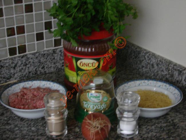 Kıymalı Tel Şehriye Çorbası İçin Gerekli Malzemeler :  <ul> <li>3 avuç tel şehriye</li> <li>200 gr kıyma</li> <li>1 adet soğan</li> <li>1,5 yemek kaşığı domates salçası</li> <li>6su bardağı sıcak su</li> <li>Tuz</li> <li>Karabiber</li> <li><strong>Üzeri İçin:</strong></li> <li>1 tutam maydanoz</li> <li>Limon suyu</li> </ul>