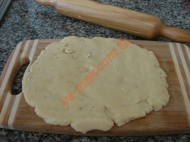 Rulo Kurabiye (Kakaolu, Hindistan Çevizli) (Tatlı) İçin Gerekli Malzemeler :  <ul> <li>125 gr margarin</li> <li>Yarım çay bardağı zeytinyağı</li> <li>1 çay bardağı toz şeker</li> <li>Yarım su bardağı dövülmüş fındık</li> <li>Kakao</li> <li>Hindistan cevizi</li> <li>Alabildiği kadar un</li> <li><strong>Üzeri İçin</strong></li> <li>Pudra şekeri</li> </ul>