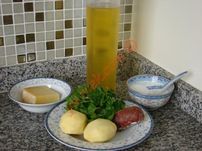 Fırında Sucuklu Patates Kanepeleri İçin Gerekli Malzemeler :  <ul> </ul><ul> <li>2 adet orta boy patates</li> <li>Sucuk</li> <li>Eski kaşar peynir</li> <li>Zeytinyağı</li> <li>Tuz</li> </ul>  <ul> <li><strong>Süslemek İçin:</strong> <ul> <li>Maydanoz</li> </ul> </li> </ul>