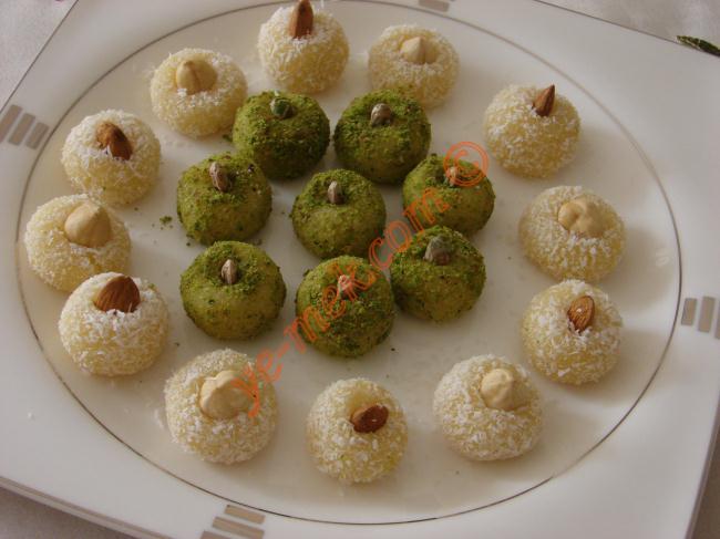 Lokum Topları (Hindistan Cevizli, Yeşil Toz Fıstıklı) Resimli Yemek Tarifi