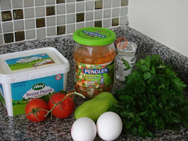 Aşçıbaşı Usulü Omlet İçin Gerekli Malzemeler :  <ul> <li>3 adet yumurta</li> <li>Kibrit kutusu kadar beyaz peynir</li> <li>3-4 yemek kaşığı kadar hazır konserve garnitür ya da haşlanmış bezelye ve havuç</li> <li>1 adet orta boy domates</li> <li>1 adet dolmalık biber</li> <li>1 tutam maydanoz</li> <li>1/2 yemek kaşığı tereyağı</li> <li>Tuz</li> </ul>