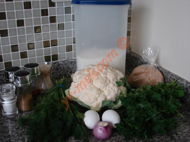 Karnabahar Köftesi İçin Gerekli Malzemeler :  <ul> <li>1 adet karnabahar</li> <li>1 adet küçük soğan</li> <li>1 tutam maydanoz</li> <li>1 tutam dereotu</li> <li>1 çay bardağı pirinç</li> <li>2 adet yumurta</li> <li>3 yemek kaşığı un</li> <li>1 yemek kaşığı galeta unu</li> <li>Kekik</li> <li>Kimyon</li> <li>Kırmızı pulbiber</li> <li>Karabiber</li> <li>Tuz</li> <li>Kızarmak için sıvıyağ</li> </ul>
