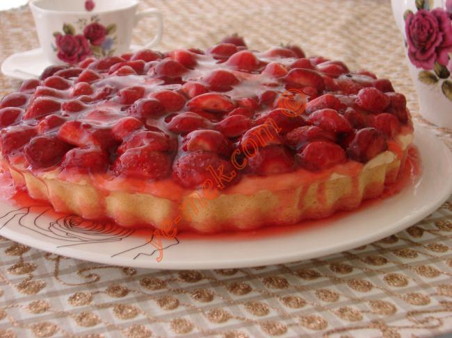 Çilek Jöleli Pasta