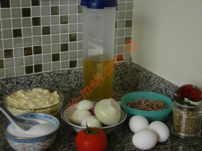 Soğanlı Mıhlama İçin Gerekli Malzemeler :  <ul> <li>250 gr kavrulmuş kıyma</li> <li>5 adet soğan</li> <li>4 adet yumurta</li> <li>1 adet domates</li> <li>1 yemek kaşığı tereyağı</li> <li>4 yemek kaşığı zeytinyağı</li> <li>Tuz</li> <li><strong>Üzeri İçin:</strong></li> <li>Kekik</li> <li>Karabiber</li> </ul>