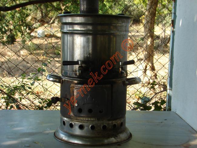Odun Semaverinde Demleme Çay İçin Gerekli Malzemeler :  <ul> <li>3 lt su</li> <li>2 çay bardağı çay</li> <li>Yarım çay bardağı yaprak çay</li> </ul>