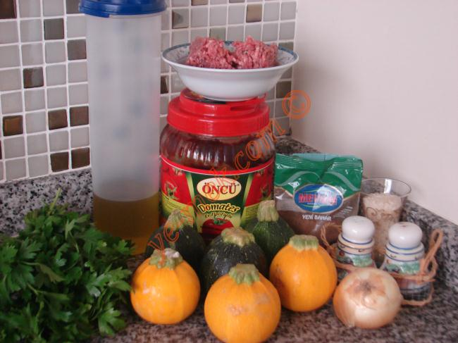 Tombik Yayla Kabağı Dolması İçin Gerekli Malzemeler :  <ul> <li>6 adet yayla kabağı (girit kabağı)</li> <li>200 gr kıyma</li> <li>1/2 çay bardağından biraz fazla pirinç</li> <li>2 tutam maydanoz</li> <li>1 yemek kaşığı domates salçası</li> <li>1 adet soğan</li> <li>5 yemek kaşığı zeytinyağı</li>  <li>Az miktar su</li>  <li>1 çay kaşığı yenibahar</li> <li>1 çay kaşığı karabiber</li> <li>1 çay kaşığı nane</li>  <li>Tuz</li>  <li><strong>Üzeri İçin:</strong></li>  <li>Süzme yoğurt</li>  </ul>