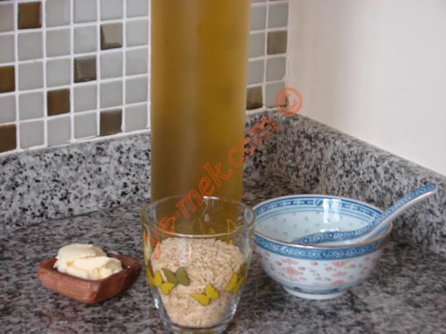 Arpa Şehriye Pilavı İçin Gerekli Malzemeler :  <ul> <li>1/2 su bardağı arpa şehriye</li> <li>1 yemek kaşığı tereyağı</li> <li>1 yemek kaşığı zeytinyağı</li> <li>1 su bardağı sıcak su</li> <li>1 adet kesme şeker</li> <li>Tuz</li> </ul>