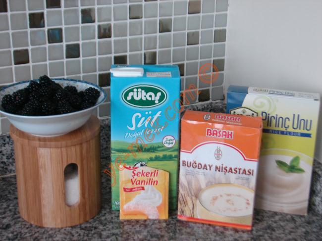 Böğürtlenli Muhallebi İçin Gerekli Malzemeler :  <ul> <li>4 su bardağı süt</li> <li>5 yemek kaşığı toz şeker</li> <li>2 yemek kaşığı pirinç unu</li> <li>2 yemek kaşığı nişasta</li> <li>1 adet yumurta sarısı</li> <li>1 paket vanilya</li> <li><strong>Böğürtlen Sosu İçin:</strong></li>  <li>250 gr böğürtlen</li> <li>2 yemek kaşığı toz şeker</li> <li>1 yemek kaşığı nişasta</li> <li>1/2 çay bardağı su</li> </ul>