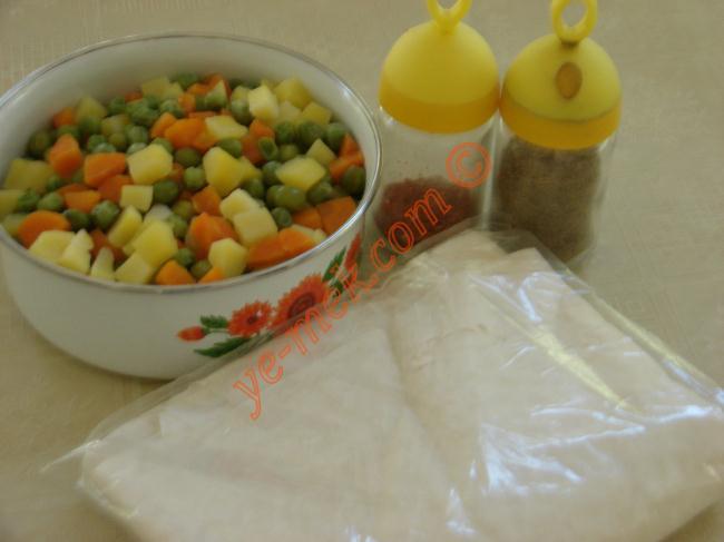 Garnitürlü Zarf Böreği (Hazır Yufka İle) Malzemeleri