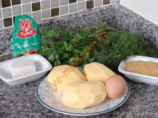 Patatesli Kirpi Köfte İçin Gerekli Malzemeler :  <ul> <li>3 adet orta boy patates</li> <li>80 gr tulum peyniri</li> <li>1 adet yumurta sarısı</li> <li>2 tutam maydanoz</li> <li>2 tutam dereotu</li> <li>Tel şehriye</li> <li>Kimyon</li> <li>Karabiber</li> <li>Tuzot (Klasik çeşni) veya tuz</li> </ul>