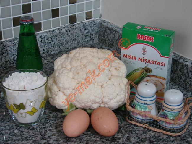 Sodalı Karnabahar Kızartması İçin Gerekli Malzemeler :  <ul> <li>1 adet karnabahar</li> <li>1 şişe soda (maden suyu)</li> <li>2 adet yumurta</li> <li>1 su bardağı dolusu un</li> <li>1 çay bardağı nişasta</li> <li>1 tatlı kaşığı tuz</li> <li>1 çay kaşoğı karabiber</li> <li>İsteğe göre kırmızı toz biber</li> <li>Kızarmak için sıvıyağ</li> </ul>