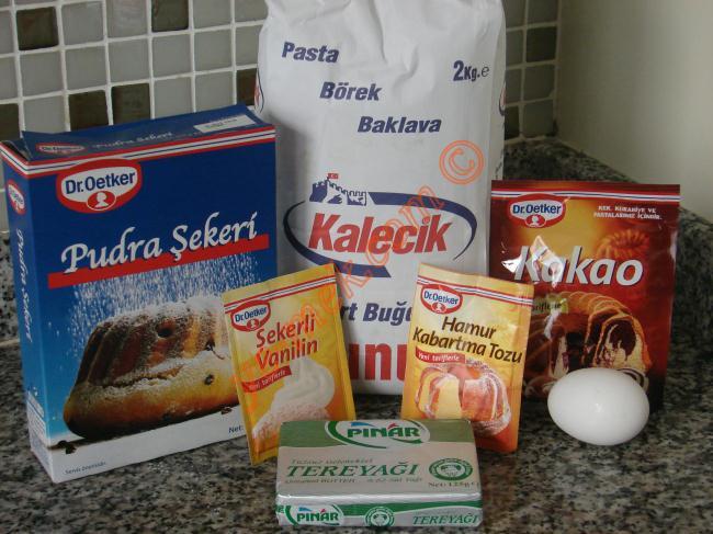 Kalpli Kurabiye İçin Gerekli Malzemeler :  <ul> <li>150 gr margarin (oda sıcaklığında)</li> <li>1,5 su bardağı pudra şekeri</li> <li>2 adet yumurta</li> <li>1/2 paket kabartma tozu</li> <li>1/2 paket vanilya</li> <li>Alabildiği kadar un</li> </ul>