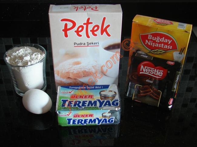 Parmak Kurabiye İçin Gerekli Malzemeler :  <ul> <li>250 gr margarin (oda sıcaklığında)</li> <li>5 yemek kaşığı dolusu pudra şekeri</li> <li>1/2 su bardağı nişasta</li> <li>1 adet yumurta</li> <li>1/2 paket kabartma tozu</li> <li>Alabildiği kadar un</li> <li>2 paket bitter çikolata</li> <li><strong>Üzeri İçin:</strong></li>  <li>Hindistan cevizi, yeşil toz fıstık, dövülmüş fındık</li> </ul>