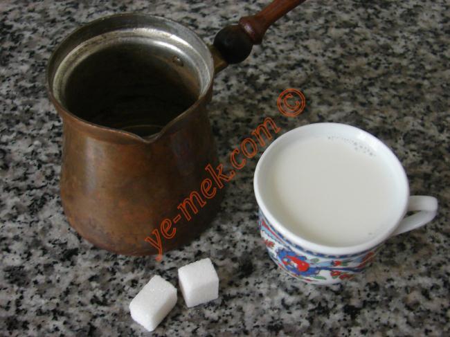 Cezveye sütü ve 2 adet kesme şekeri koyun.