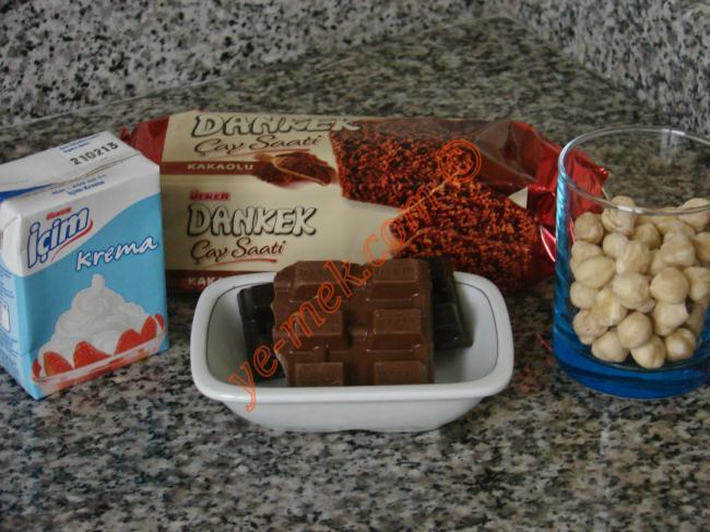 Çikolatalı Truff İçin Gerekli Malzemeler :  <ul> <li>1 paket kakaolu ya da çikolatalı kek</li> <li>1 paket krema</li> <li>40 gr sütlü çikolata</li> <li>20 gr bitter çikolata</li> <li>1/2 su bardağı dövülmüş fındık</li>  <li><strong>Bulamak İçin:</strong> <li>Renkli şeker süsleri</li> <li>Hindistan cevizi</li> <li>Dövülmüş fındık</li> <li>File badem</li> <li>Antep fıstığı</li> </ul>