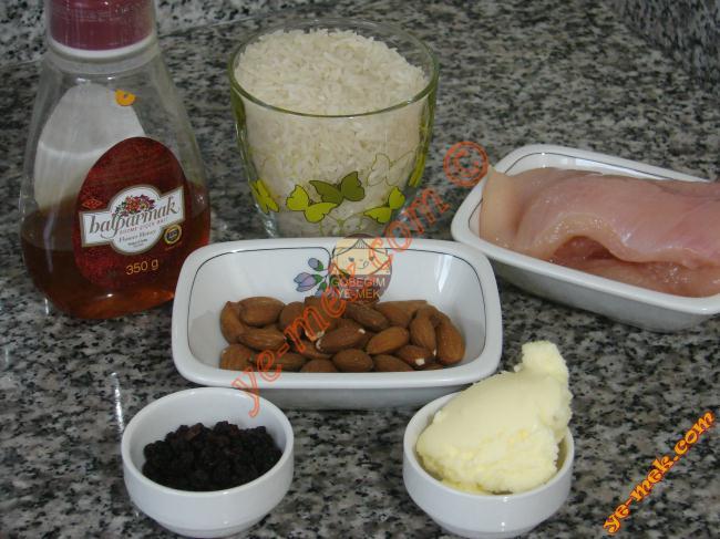 Tavuklu Saray Pilavı İçin Gerekli Malzemeler :  <ul> <li>1 su bardağı pilavlık pirinç</li> <li>2 dilim tavuk göğüsü</li> <li>2 yemek kaşığı siyah kuru üzüm</li> <li>2 yemek kaşığı çiğ badem</li> <li>1,5 tatlı kaşığı bal</li> <li>1,5 yemek kaşığı tereyağı</li> <li>2 su bardağı sıcak su</li> <li>1 adet kesme şeker</li> <li>Sıvıyağ</li> <li>Tuz</li> <li>Karabiber</li> </ul>