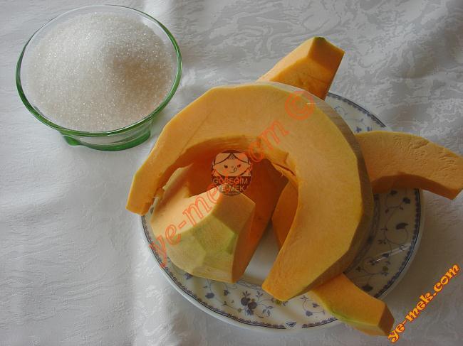 Kabak Tatlısı İçin Gerekli Malzemeler :  <ul> <li>2,5 kilo kabak</li> <li>4,5 su bardağı toz şeker</li> <li>İsteğe göre 3 yemek kaşığı pekmez</li> <li><strong>Üzeri İçin:</strong></li> <li>Dövülmüş ceviz</li> </ul>