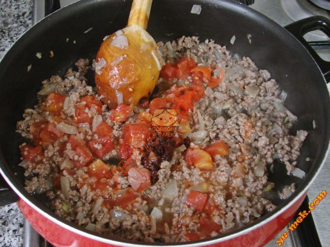 Zeytinyağı koyulmuş geniş bir tencereye 1 adet ince ince kıyılmış soğan ve 2 diş sarımsak koyup, biraz soteleyin.     Ardından 2 adet küp küp doğranmış domates ve 1 tatlı kaşığı biber salçası ekleyip, 5-10 saniye kadar daha çevirin.     Ardından 2 adet küp küp doğranmış domates ve 1 tatlı kaşığı biber salçası ekleyip, 5-10 saniye kadar daha çevirin.