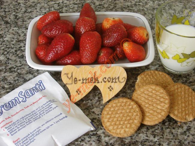 Bisküvili Şantili Çilek İçin Gerekli Malzemeler :  <ul> <li>350 gr çilek</li> <li>1/2 paket krem şanti</li> <li>1/2 su bardağı süt</li> <li>3 parça yulaflı bisküvi</li>  </ul>