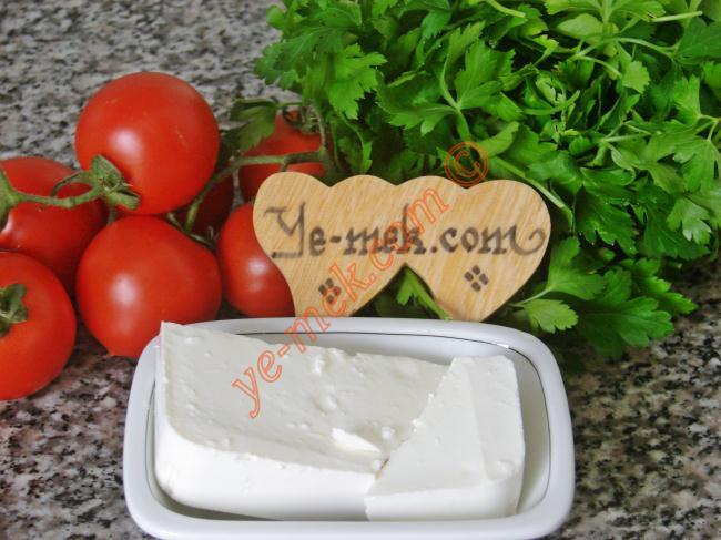 Peynirli Domates Dolması İçin Gerekli Malzemeler :  <ul> <li>5 adet orta boy domates</li> <li>100 gr beyaz peynir ya da tulum peynir</li>         <li>3 tutam maydanoz</li> </ul>