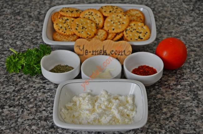Baharatlı Peynirli Kanepeler İçin Gerekli Malzemeler :  <ul>  <li>1/2 paket yuvarlak tuzlu bisküvi</li> <li>1 yemek kaşığı krem peynir</li>         <li>1 çay kaşığı mayonez</li>         <li>1 adet küçük boy domates</li> <li>1 tutam maydanoz</li> <li>Kekik, fesleğen ve pul biber</li>  </ul>