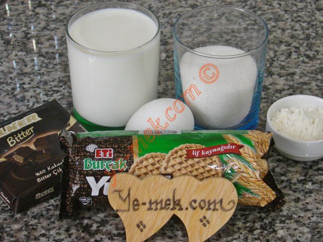 Bisküvili Mini Pastalar İçin Gerekli Malzemeler :  <ul> <li>1,5 paket yulaflı bisküvi</li>         <li>1,5 su bardağı süt</li> <li>1,5 yemek kaşığı un</li>         <li>1/2 su bardağı toz şeker</li> <li>1 adet yumurtanın sarısı</li>          <li><strong>Üzeri İçin:</strong></li>  <li>40 gr bitter çikolata</li> </ul>