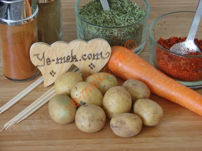 Çubukta Taze Patates Kızartması İçin Gerekli Malzemeler :  <ul> <li>10 adet küçük boy taze patates</li>         <li>6 adet tahta çöp şiş</li>         <li>1 adet havuç</li>         <li>Kimyon</li>         <li>Kekik</li>         <li>Tuz</li>         <li>Kırmızı toz biber</li>         <li>Kızartmak için sıvıyağ</li> </ul>