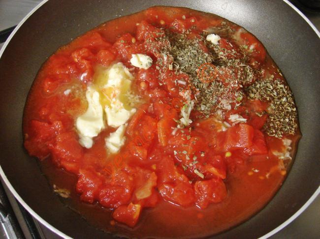Üzerine hazırladığınız domates soslu köfteli karışımı koyun.    Domates soslu köfteli makarnayı servis tabağına alın.