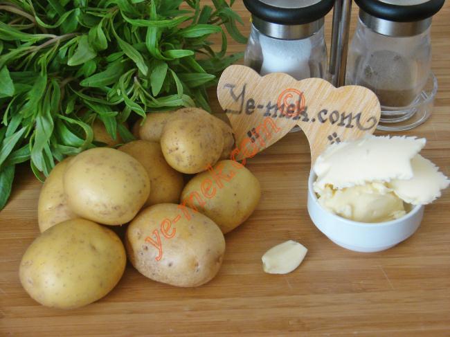 Fırında Tereyağlı Taze Patates İçin Gerekli Malzemeler :  <ul> <li>8 adet taze patates</li> <li>2 yemek kaşığı tereyağı</li> <li>7 yaprak taze kekik</li>         <li>1 diş sarımsak</li> <li>Tuz</li> <li>Karabiber</li> </ul>