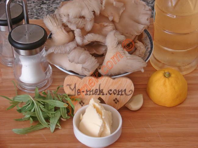 İstiridye Mantar Sote İçin Gerekli Malzemeler :  <ul> <li>250 gr istiridye mantarı</li> <li>2 yemek kaşığı zeytinyağı</li> <li>1 yemek kaşığı tereyağı</li> <li>1 diş sarımsak</li> <li>3 tutam taze kekik</li> <li>1/2 yemek kaşığı limon suyu</li> <li>1 yemek kaşığı elma sirkesi</li> <li>Tuz</li>         <li>Karabiber</li> </ul>