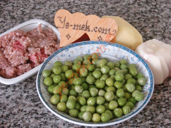 Kıymalı Taze Bezelye Yemeği İçin Gerekli Malzemeler : ul>          <li>120 gr kıyma</li>         <li>250 gr taze bezelye</li>    <li>1 adet orta boy domates</li>         <li>1 adet orta boy soğan</li>         <li>1 adet küçük boy patates</li>         <li>1 diş sarımsak</li>         <li>1 tatlı kaşığı biber salçası</li> <li>3 yemek kaşığı zeytinyağı</li>         <li>2,5 su bardağı sıcak su</li>         <li>Tuz</li> </ul>