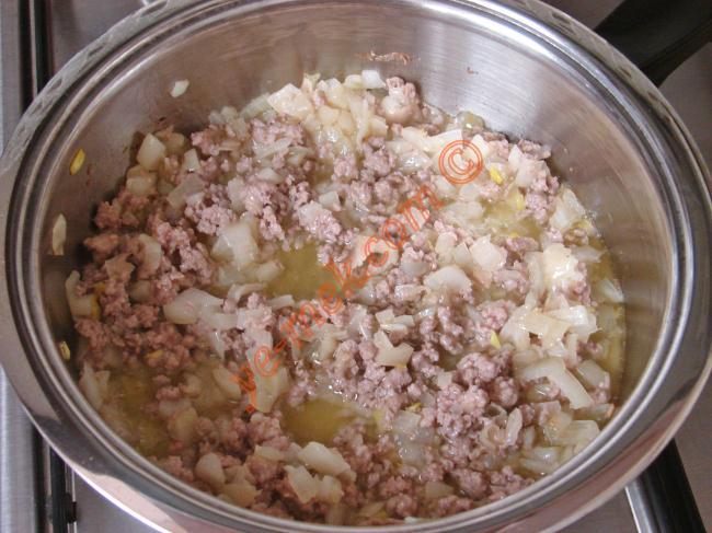 1 adet domatesin ve 1 adet patatesin kabuğunu soyun. Küçük küpler halinde doğrayın. 1 adet soğanı ve 1 diş sarımsağı ince ince kıyın.