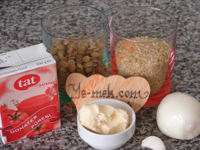 Yeşil Mercimekli Bulgur Pilavı İçin Gerekli Malzemeler :  <ul> <li>1/2 su bardağı pilavlık bulgur</li> <li>1/2 su bardağı haşlanmış yeşil mercimek</li>         <li>1 adet küçük boy soğan</li>         <li>1 diş sarımsak</li>         <li>2 yemek kaşığı domates püresi ya da 1 yemek kaşığı salça</li> <li>1,5 yemek kaşığı tereyağı</li> <li>1,5 su bardağı sıcak su</li> <li>1 adet kesme şeker</li> <li>Tuz</li> </ul>