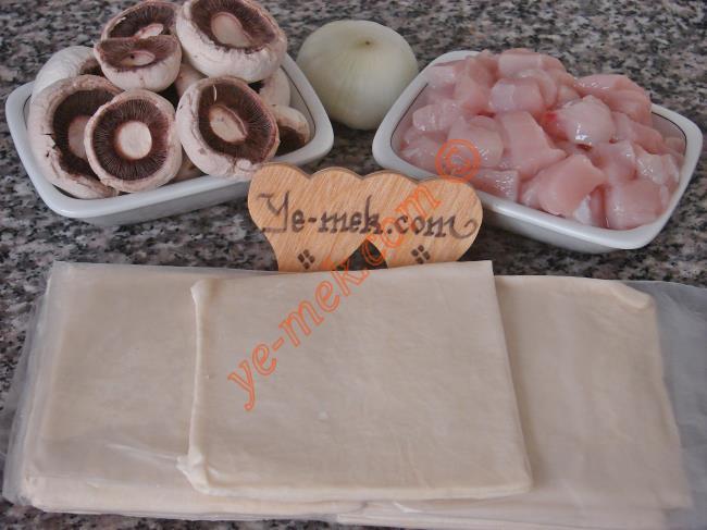 Beşamel Soslu Tavuklu Volovan İçin Gerekli Malzemeler :  <ul>        <li>8 kare milföy</li>        <li>200 gr kuşbaşı doğranmış tavuk eti</li>        <li>1 adet küçük boy soğan</li>        <li>6 adet mantar</li>        <li>50 gr kaşar peynir</li>        <li>1 su bardağı süt</li>        <li>1 yemek kaşığı tereyağı</li>        <li>1,5 yemek kaşığı un</li>        <li>Tuz</li>        <li>Karabiber</li> </ul>