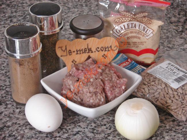Çekirdekli Köfte İçin Gerekli Malzemeler :  <ul> <li>150 gr kıyma</li> <li>1 adet yumurta</li> <li>1 adet orta boy soğan</li>         <li>3 yemek kaşığı galeta unu</li>         <li>3 yemek kaşığı iç ay çekirdeği</li>         <li>Kimyon, Kekik, Yenibahar</li> <li>Tuz</li> <li>Karabiber</li>  <li>Kızartmak için sıvıyağ</li> </ul>