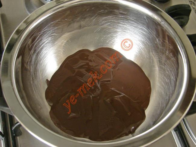 İlk olarak 80 gr bitter çikolatayı benmari usulü eritin.  Benmari Yöntemi:   Büyük bir tencere içine su eklenir, kaynayınca altı kısılır.