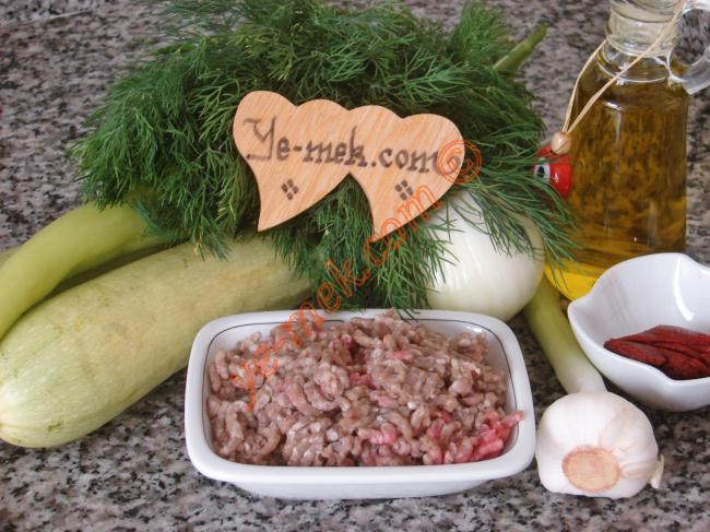 Kıymalı Kabak Yemeği İçin Gerekli Malzemeler : ul>          <li>125 gr kıyma</li>         <li>2 adet orta boy kabak</li>    <li>2 adet çerliston biber</li>         <li>1 adet orta boy soğan</li>         <li>2 diş sarımsak</li>         <li>1/2 yemek kaşığı domates salçası</li> <li>4 yemek kaşığı zeytinyağı</li>         <li>1 su bardağı sıcak su</li>         <li>3 tutam dereotu</li>         <li>Tuz</li>         <li>Karabiber</li>         </ul>
