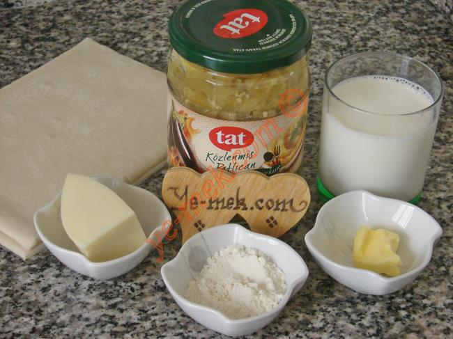 Patlıcan Beğendili Volovan İçin Gerekli Malzemeler :  <ul>        <li>8 kare milföy</li>        <li>6 yemek kaşığı hazır konserve közlenmiş patlıcan</li>        <li>4-5 yemek kaşığı rendelenmiş kaşar peynir</li>        <li>1 su bardağı süt (200 ml)</li>        <li>1/2 yemek kaşığı tereyağı</li>        <li>1 yemek kaşığı un</li>        <li>Tuz</li>        <li>Karabiber</li> </ul>