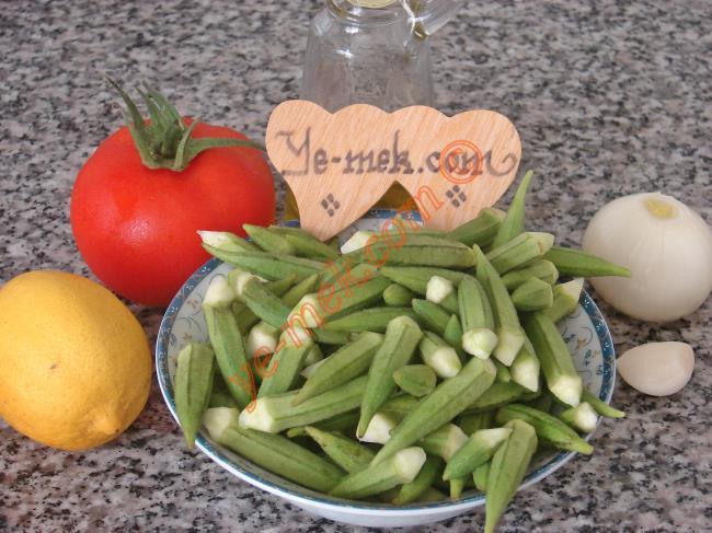 Zeytinyağlı Taze Bamya Yemeği İçin Gerekli Malzemeler :  <ul> <li>350 gr taze bamya</li> <li>1 adet orta boy soğan</li> <li>6 yemek kaşığı zeytinyağı</li> <li>1 adet büyük boy domates</li>         <li>2 diş sarımsak</li> <li>1/2 limon suyu</li> <li>1 adet kesme şeker</li>         <li>Tuz</li> </ul>