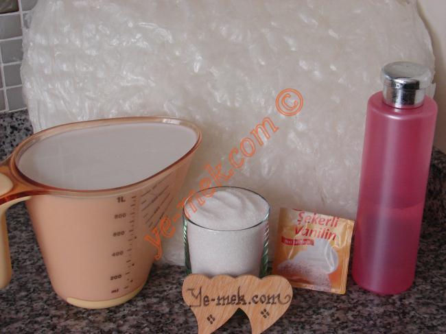 Güllaç İçin Gerekli Malzemeler :  <ul>          <li>10 yaprak güllaç</li>              <li><strong>Şerbeti İçin:</strong></li>          <li>7 su bardağı süt</li>          <li>2 su bardağı toz şeker</li>          <li>1 yemek kaşığı gül suyu ya da 1 tatlı kaşığı vanilya           <li><strong>Üzeri İçin:</strong></li>          <li>Vişne</li>          <li>Dövülmüş ceviz ya da antep fıstığı</li> </ul>