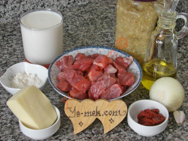 Hünkar Beğendi Kebabı İçin Gerekli Malzemeler :  <ul> <li>500 gr kuşbaşı doğranmış et</li>         <li>1 adet orta boy soğan</li>         <li>1 yemek kaşığı domates salçası</li>         <li>2 diş sarımsak</li>         <li>Tuz</li>         <li>Karabiber</li>  <li><strong>Beğendisi İçin:</strong> <li>1,5 su bardağı süt</li> <li>1,5 yemek kaşığı un</li> <li>1 yemek kaşığı tereyağı</li> <li>7 yemek kaşığı konserve közlenmiş patlıcan</li> <li>Küçük bir kase rendelenmiş kaşar peynir</li>         <li>Tuz</li>         <li>Karabiber</li> </li> </ul>