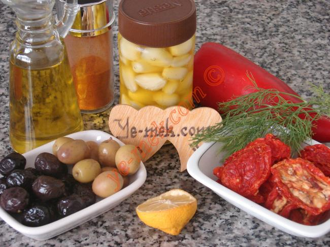 Kahvaltılık Kuru Domatesli Çeşnili Zeytinyağı (Edincik Usulü) İçin Gerekli Malzemeler :  <ul> <li>Siyah ve yeşil zeytin</li> <li>Sarımsak</li>         <li>Kuru domates</li>         <li>Kırmızı biber</li>         <li>Sumak</li>         <li>Limon suyu</li>         <li>Zeytinyağı</li> </ul>
